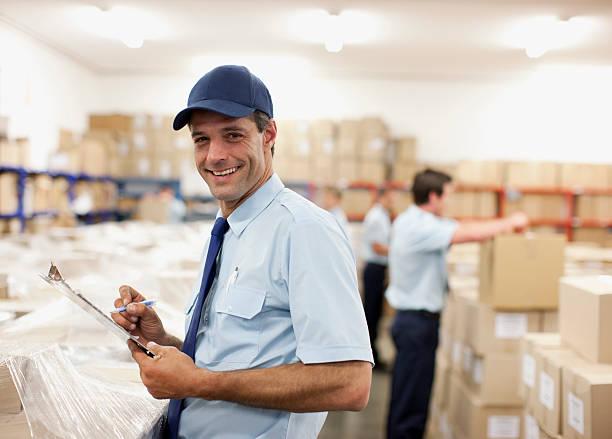 работник, писать на буфер обмена в области доставки - postal worker стоковые фото и изображения
