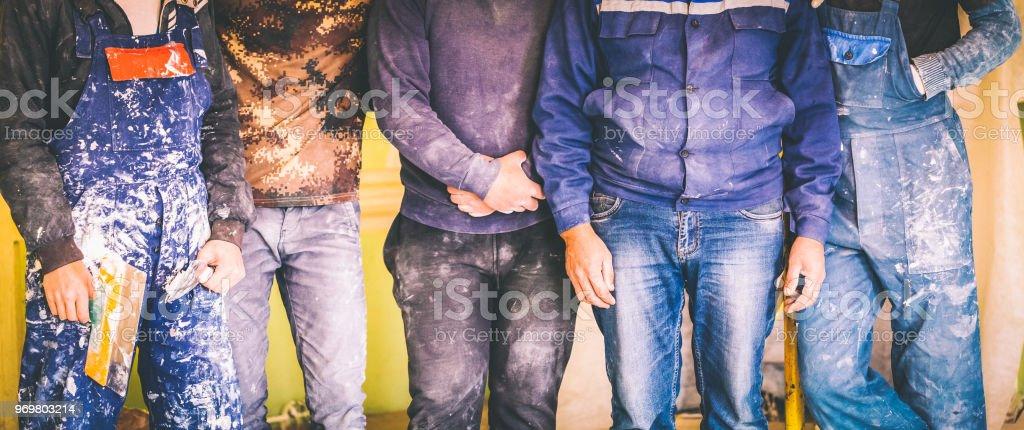 Arbeiter und Bauherren und Vorarbeiter sind als Bande mit schmutzigen Uniform wohnen im Apartment, im Bau, Umbau, Renovierung, Ausbau, Restaurierung, Instandsetzung und Umbau – Foto