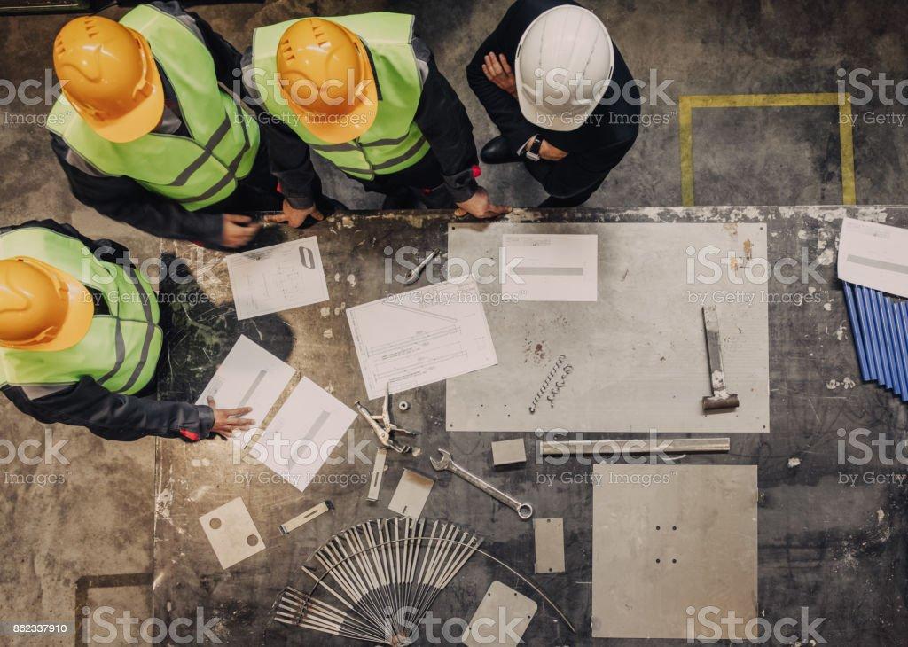 Arbeiter und Manager mit Dokumenten – Foto