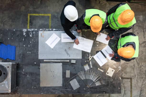 los trabajadores y el director que trabajan con documentos - ingeniero fotografías e imágenes de stock