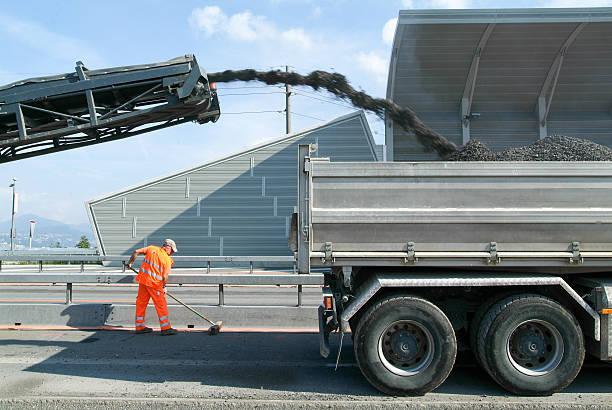 Arbeitnehmer und Fahrzeuge während der Straße Aufbereitung des highway – Foto