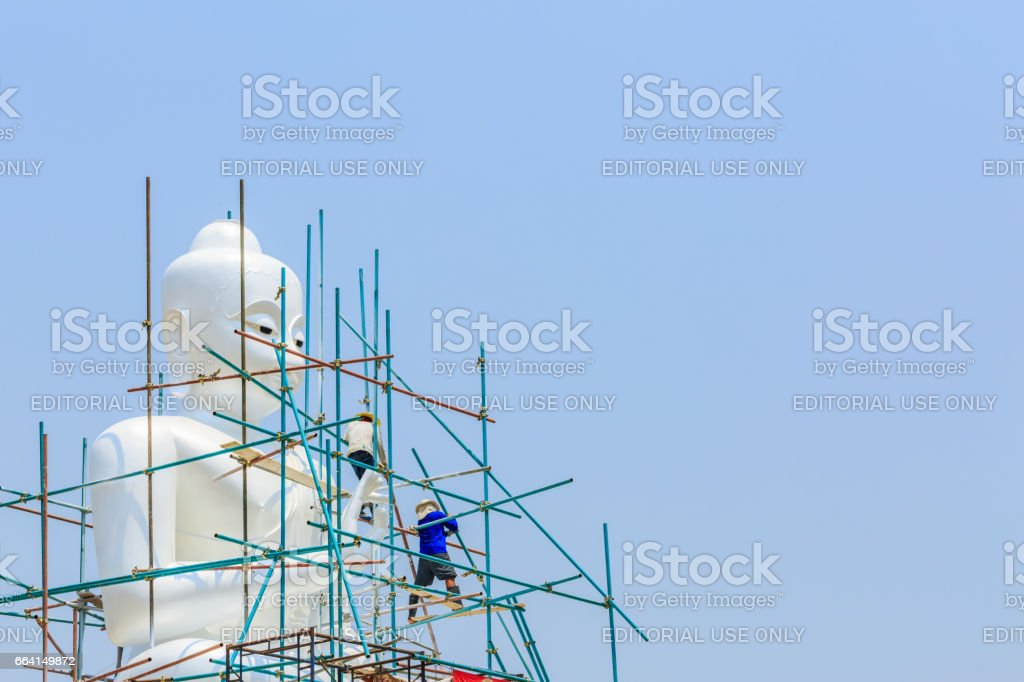 KANCHANABURI, THAILAND - APRIL 3, 2017 : Workers are building a  white Buddha statue Kanchanaburi , Thailand. foto stock royalty-free