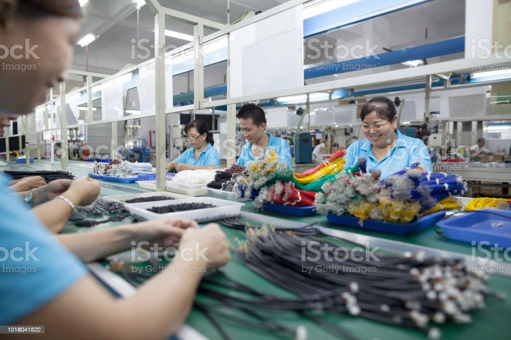 Arbeitnehmer bei einem Elektronik-Fabrik in Dongguan, China – Foto