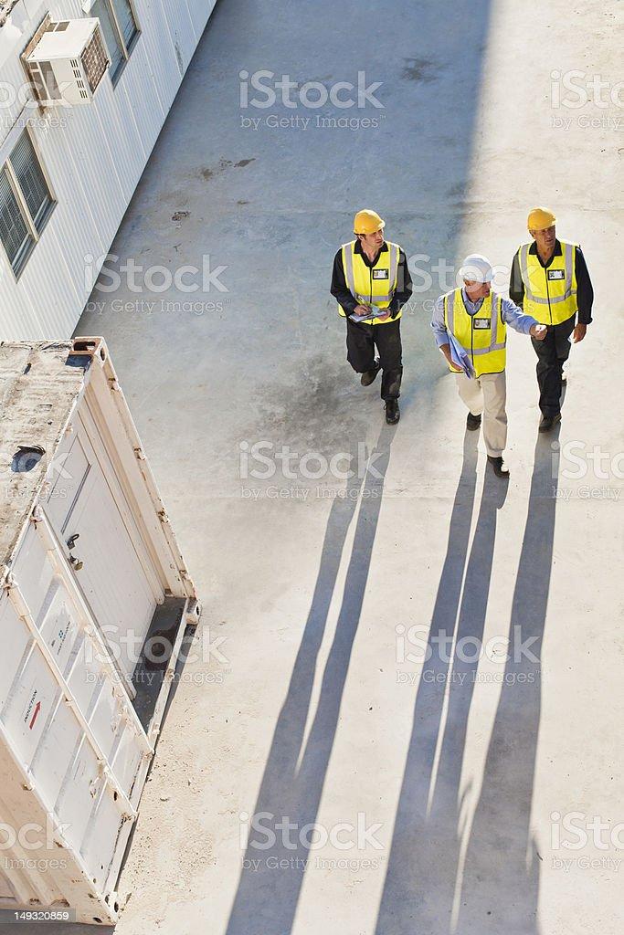 Arbeitnehmer casting Schatten auf dem Hotelgelände – Foto