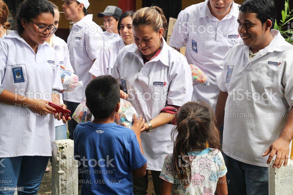 Trabajadores entregan dulces a los niños - foto de stock