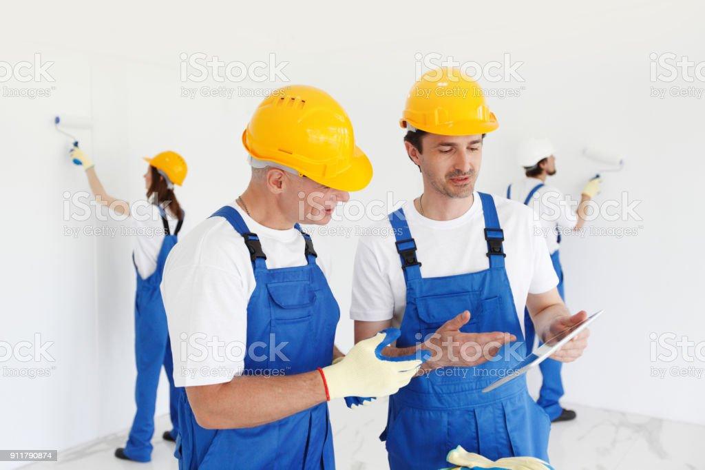 Arbeitnehmer zu diskutieren Sanierungsprojekt – Foto