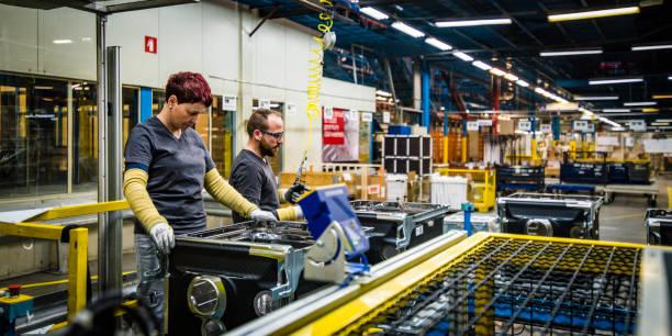 Arbeiter, die Qualitätskontrolle an Waschmaschinen durchführen – Foto