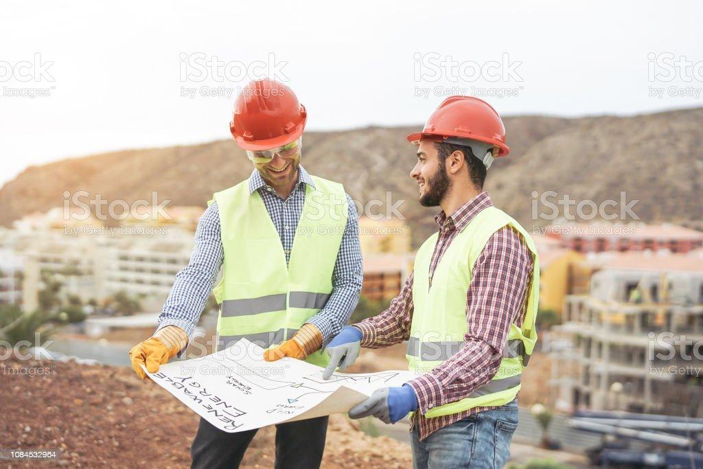 Arbeitnehmer-Ingenieure diskutieren über das neue Baugebiet - junge Bauherren lesen das Projekt in der Bau-Website - Teamwork, Schreinerei, engineering-Konzept - Lizenzfrei Arbeiten Stock-Foto