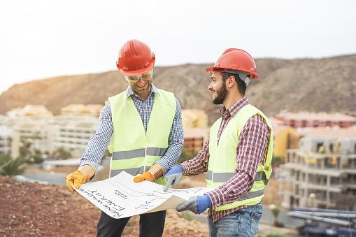 Arbeitnehmeringenieure Diskutieren Über Das Neue Baugebiet Junge Bauherren Lesen Das Projekt In Der Bauwebsite Teamwork Schreinerei Engineeringkonzept Stockfoto und mehr Bilder von Arbeiten