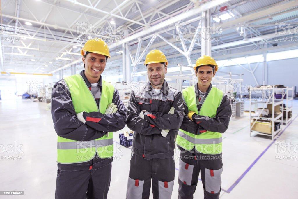 Workers in factory - Zbiór zdjęć royalty-free (Biznes)