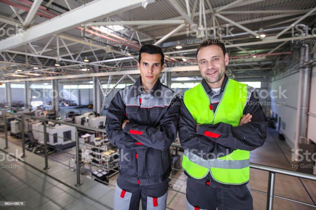 Pracownicy w fabryce - Zbiór zdjęć royalty-free (Biznes)