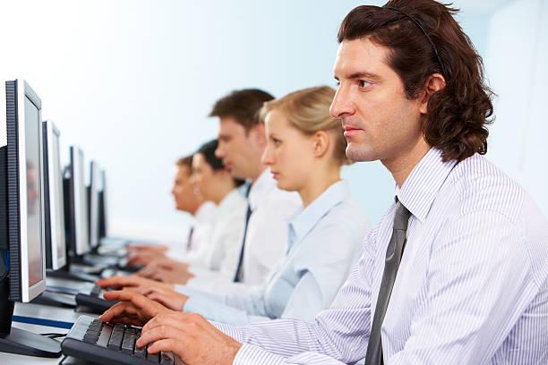 Trabajadores en línea - foto de stock