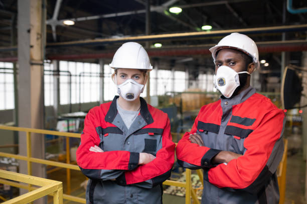 Arbeiter in Atemschutzmasken – Foto