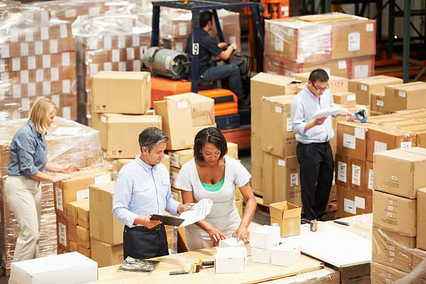 arbeitnehmer im lager waren für den versand vorbereiten - einzelhandelsarbeiter stock-fotos und bilder