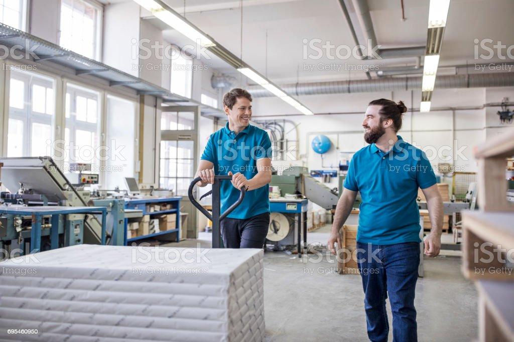 Arbeitnehmer, die gestapelten Pakete auf Seite LKW in Druckerei - Lizenzfrei 30-34 Jahre Stock-Foto