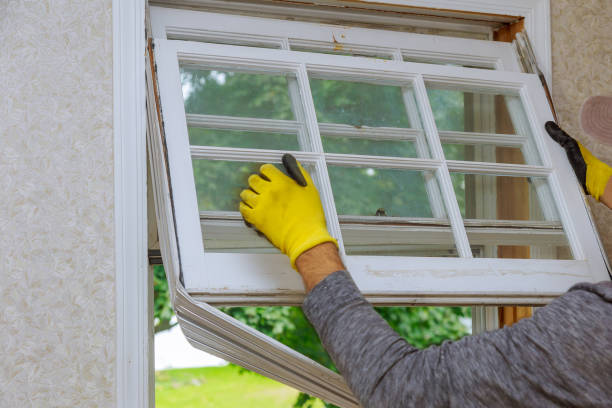 arbeitnehmer, die alten holzfenster master entfernt wird vorbereitet - fenster einbauen stock-fotos und bilder