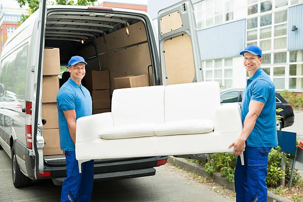 arbeitnehmer setzen möbel und kisten aus einem lkw - umzug transport stock-fotos und bilder