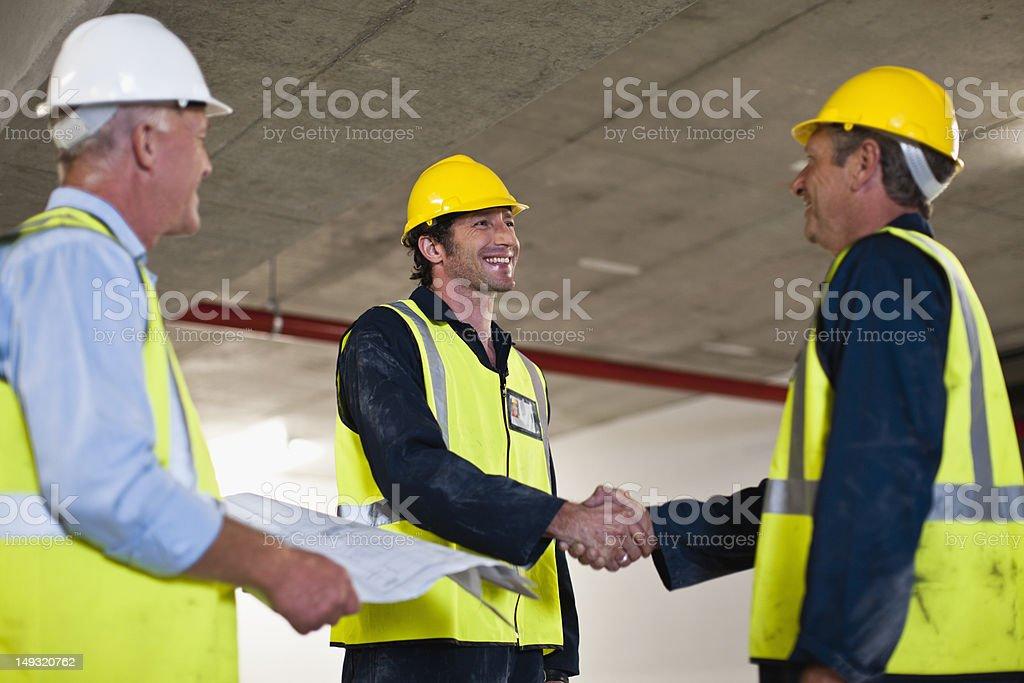 Arbeiter Hände schütteln auf dem Hotelgelände – Foto