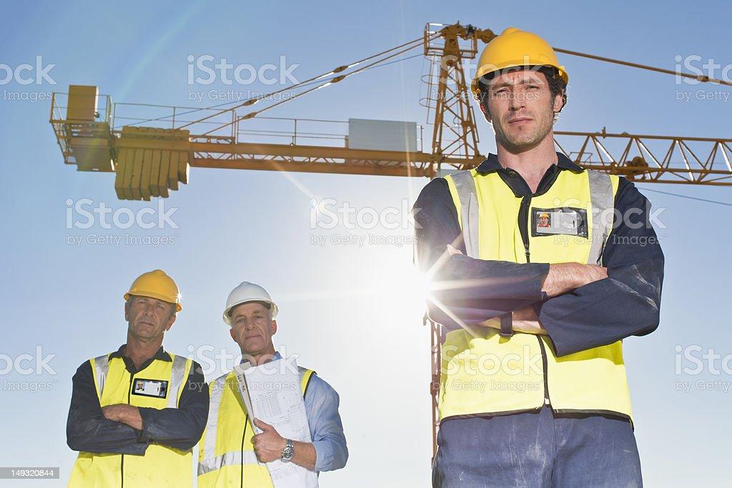 Arbeiter stehend auf Baustelle – Foto