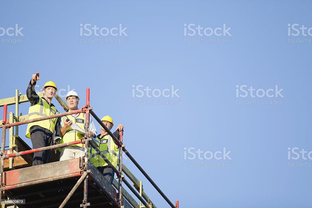 Arbeitnehmern steht auf Gerüst auf dem Hotelgelände – Foto