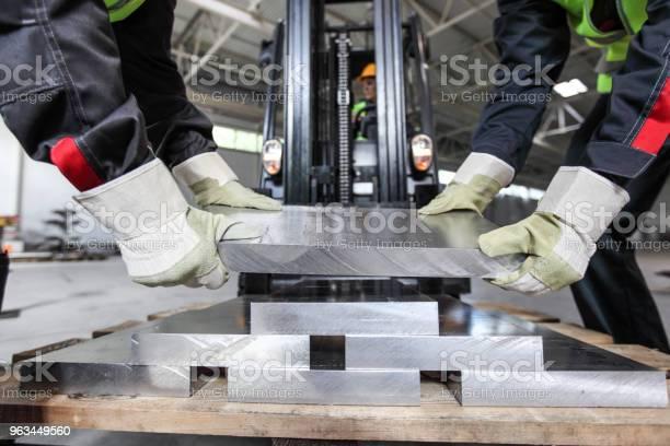 Pracownicy Biorący Kęs Aluminiowy - zdjęcia stockowe i więcej obrazów Aluminium
