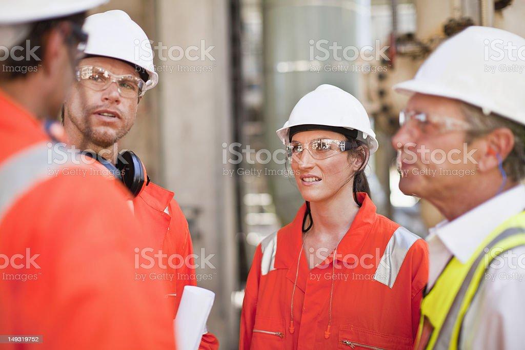 Arbeitnehmer gehen in Ölraffinerie – Foto