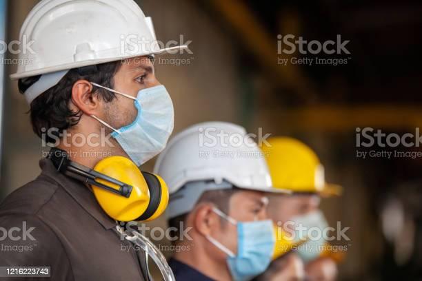 Werknemers Dragen Beschermende Gezichtsmaskers Voor De Veiligheid In De Machine Fabriek Stockfoto en meer beelden van Arbeidsveiligheid
