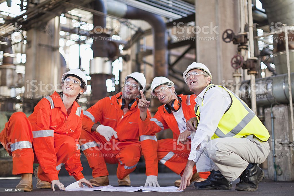 Arbeitnehmer mit Werkzeuge in Ölraffinerie – Foto