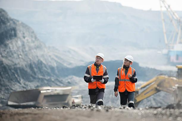 pracownicy z węglem na otwartym dole - geologia zdjęcia i obrazy z banku zdjęć