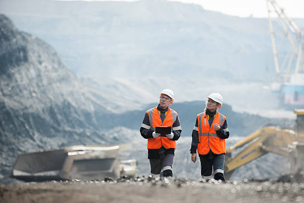 Workers with coal at open pit – Foto