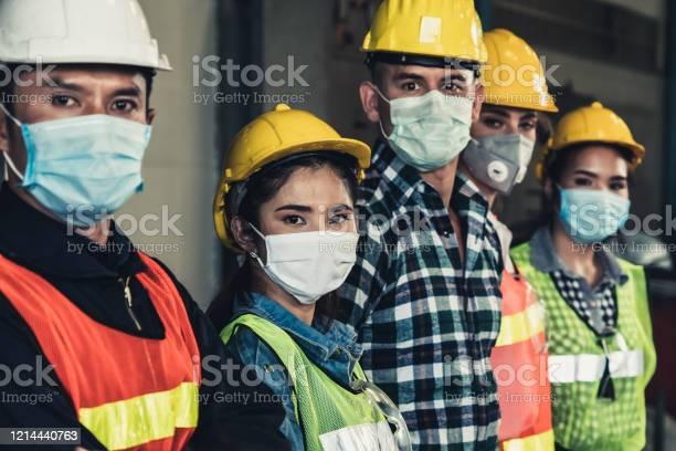 Workers With Face Mask Protect From Outbreak Of Corona Virus Disease 2019 - Fotografias de stock e mais imagens de Ao Ar Livre