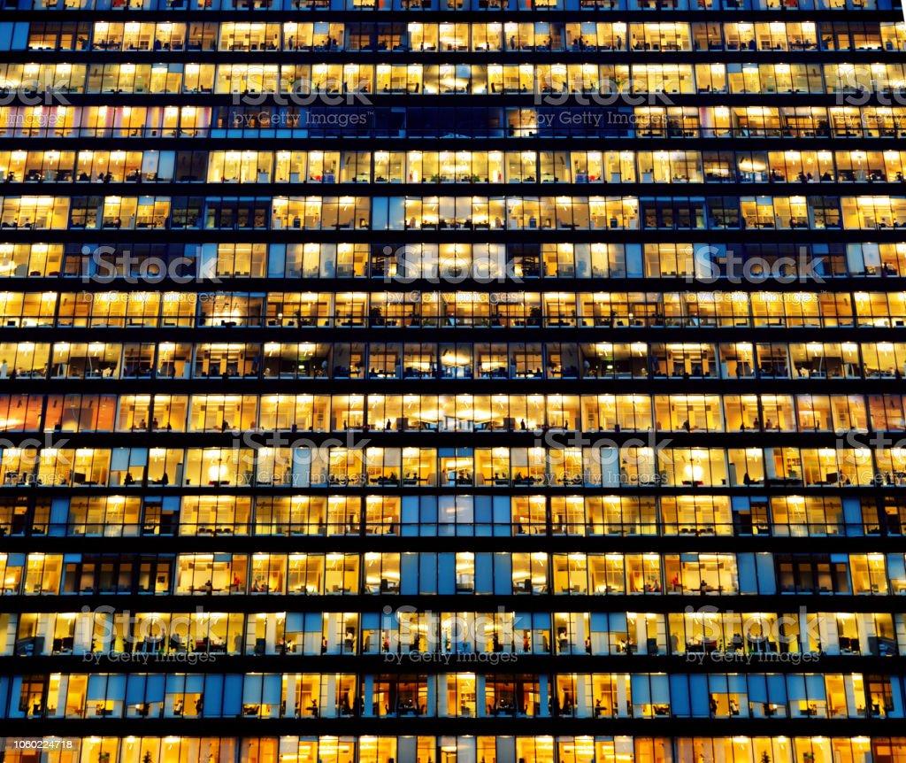 Arbeitnehmer, die spät. Geschäftlichen Finanzen Gebäude. Bürofenster bei Nacht. – Foto
