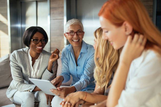 working as a team - senior business woman tablet imagens e fotografias de stock