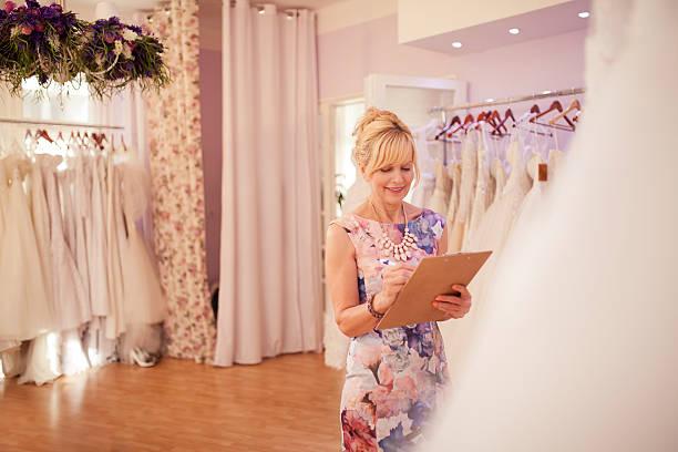 working at bridal shop - hochzeitskleid über 50 stock-fotos und bilder