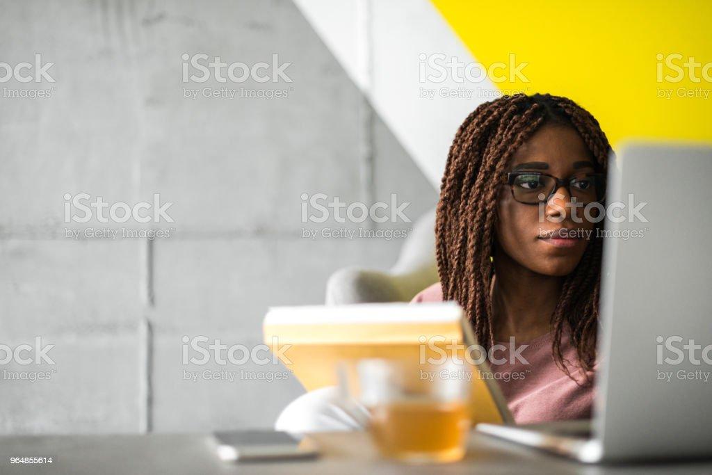 Trabalhando no escritório casual - Foto de stock de Adulto royalty-free