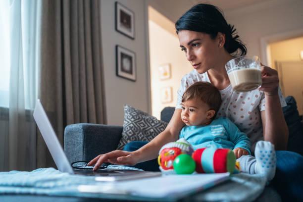 trabalhando em casa mãe - mãe - fotografias e filmes do acervo