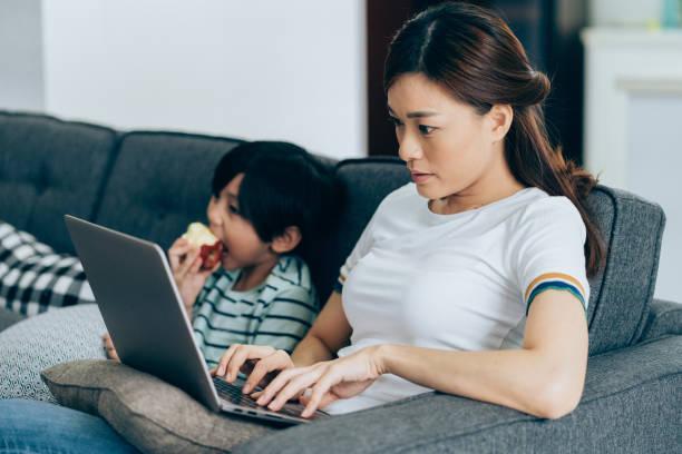 travaillant à la maison, maman - femmes actives photos et images de collection