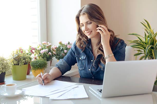 arbeiten at home - formular ausfüllen stock-fotos und bilder