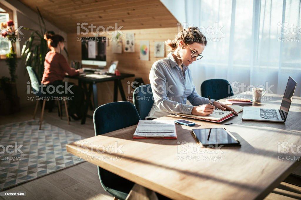 Arbeitsatmosphare Im Designer Office Stockfoto Und Mehr Bilder Von Arbeiten Istock