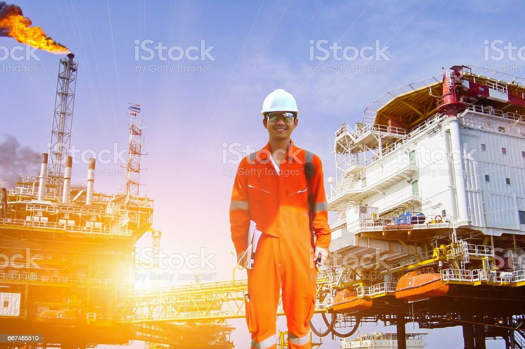 Working engineer at offshore oil and gas refinery – Foto