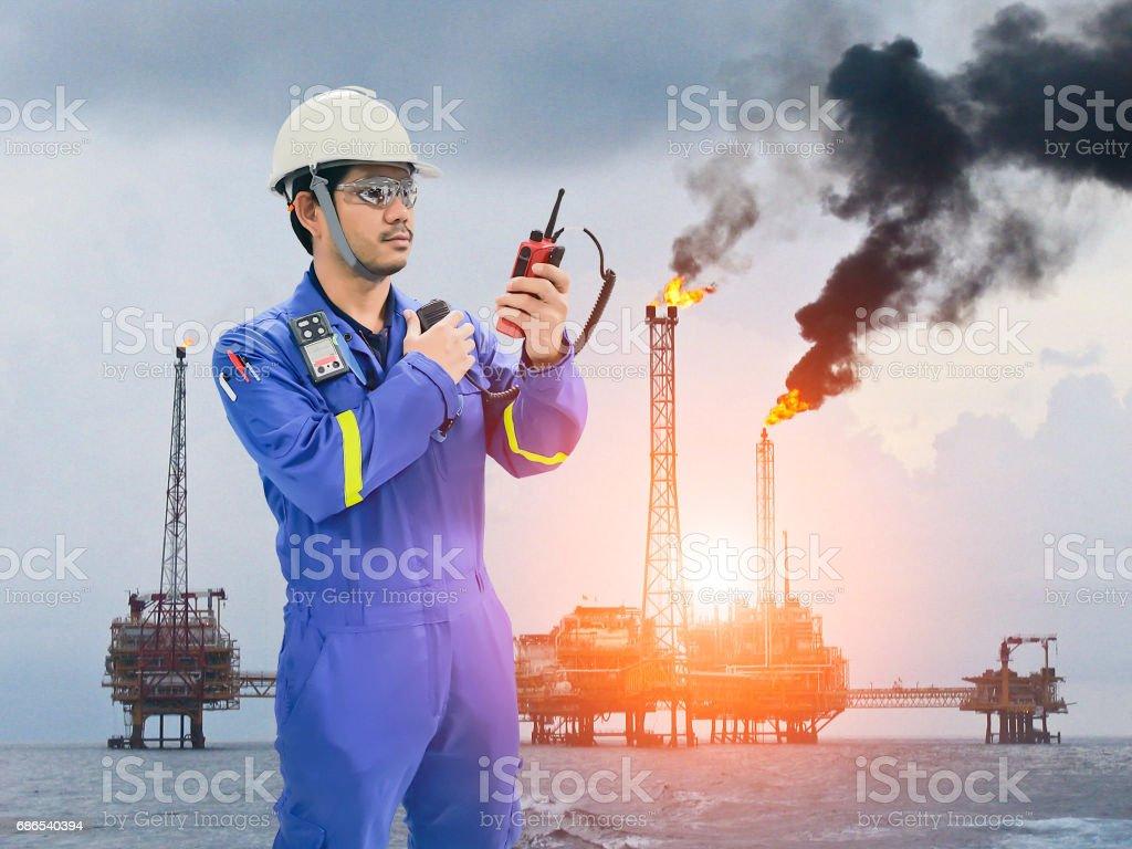 Working engineer at offshore oil and gas refinery royaltyfri bildbanksbilder