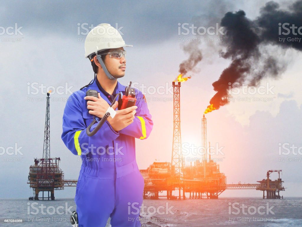 Working engineer at offshore oil and gas refinery Lizenzfreies stock-foto