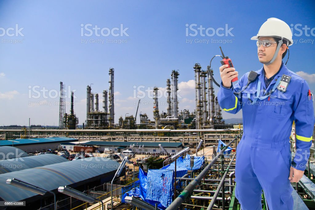Working engineer at petrochemical oil and gas refinery royalty free stockfoto