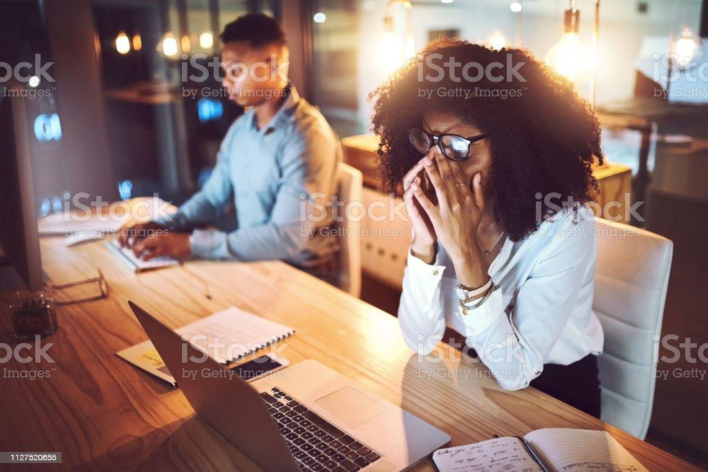 Für lange Stunden arbeiten kann Ihre Gesundheit schädigen – Foto