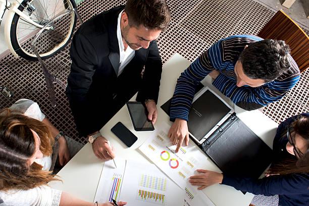 working group analyzing reports - 財富 個照片及圖片檔