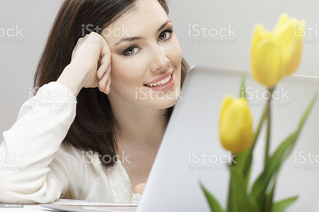 Lavorando in un computer portatile foto stock royalty-free