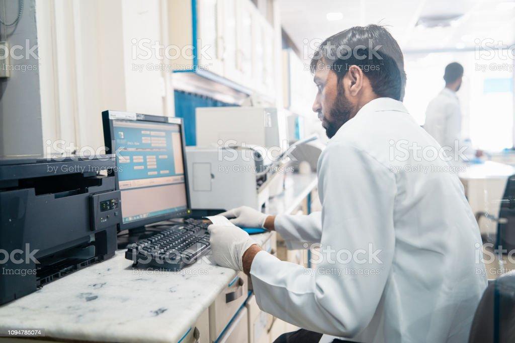 Trabajo en un laboratorio médico. - foto de stock