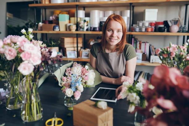 travailler dans la boutique confortable de fleur - fleuriste photos et images de collection