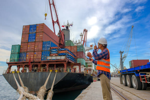werken in de haven terminal - aangemeerd stockfoto's en -beelden