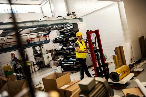 생산 홀에서 근무 공장-산업 건물에 대한 스톡 사진 및 기타 이미지